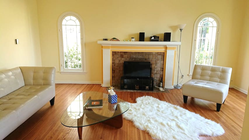 Tranquil Comfortable Clean 1BR Home Mid Wilshire