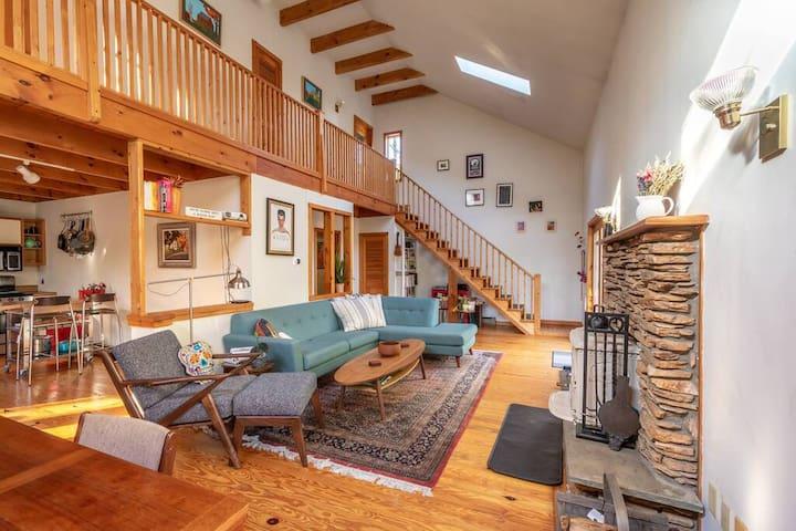 Country Cabin w/Fireplace, Pets OK Near Woodstock