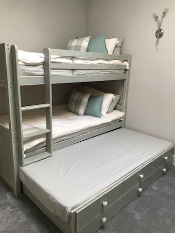 Bed 2 bunks to sleep 3
