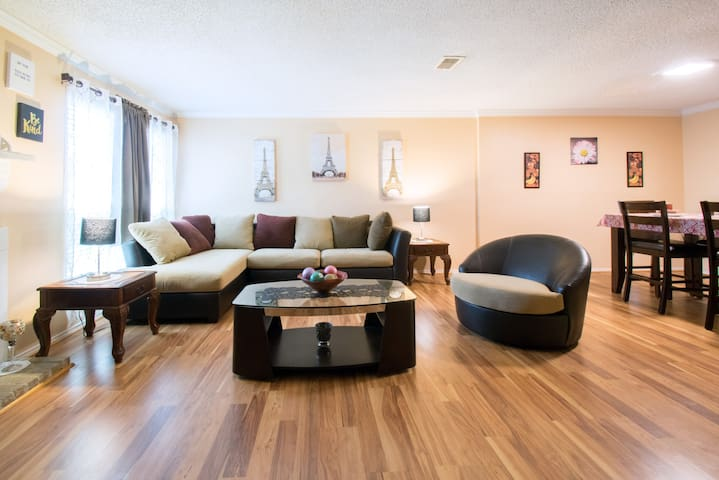 Houston Townhouse (Minutes from IAH/Bush)