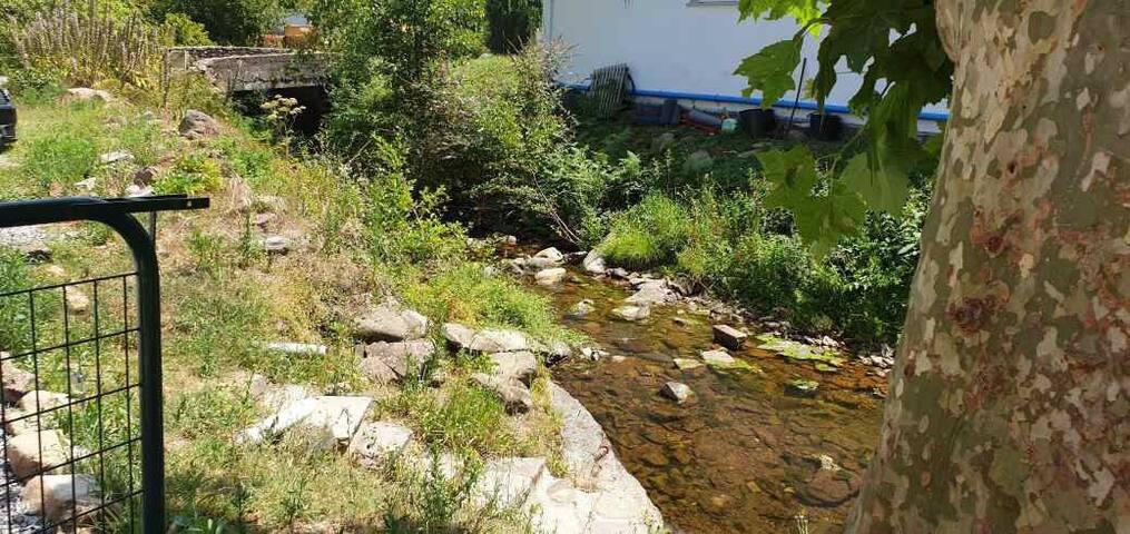 Chambre  dans maison basque, au pied d'une rivière