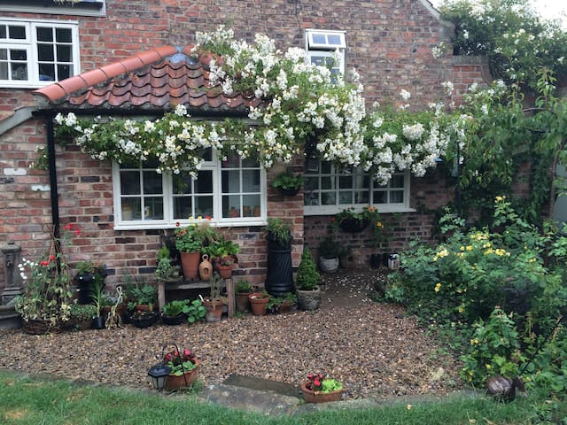 Double bedroom in quaint cottage - Norton-le-Clay