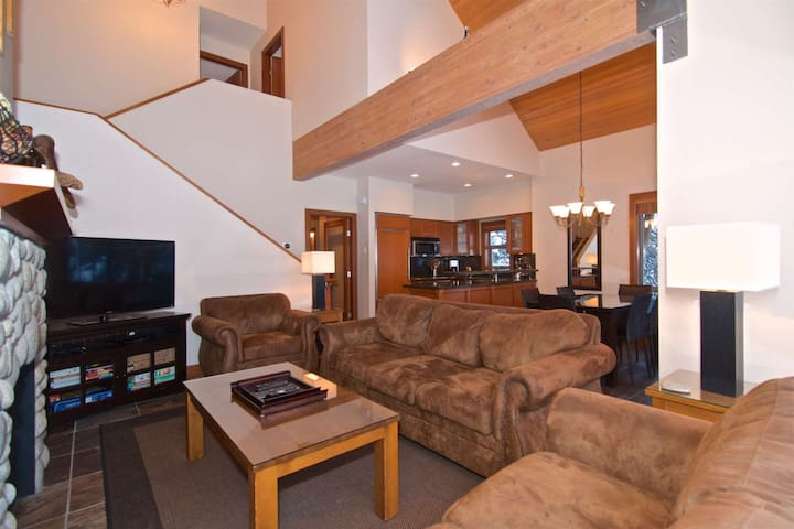 Professionally managed/cleaned by iTrip Whistler: :Executive Townhouse/hot tub  in Montebello estate
