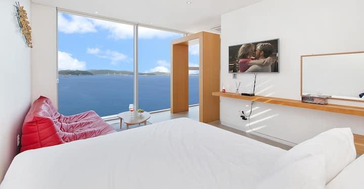 아름다운 바다가 큰 창으로 펼쳐지는 라벤더 302호