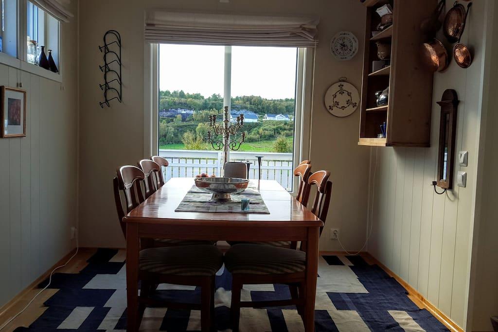 Kjøkken med utsikt inn på øya
