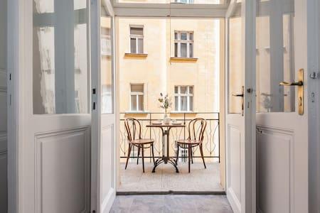 Cozy studio with sunny balcony right in the centre - Prag