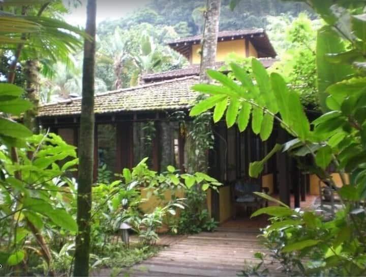 Linda casa em maravilhoso condomínio próximo Praia