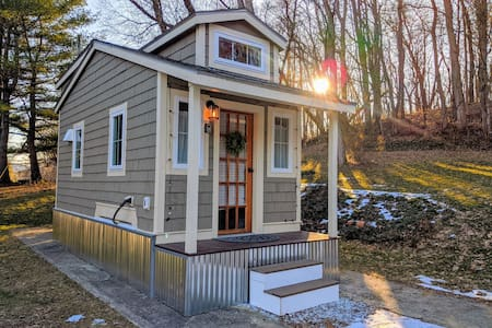 Charming new tiny house with great VT location!