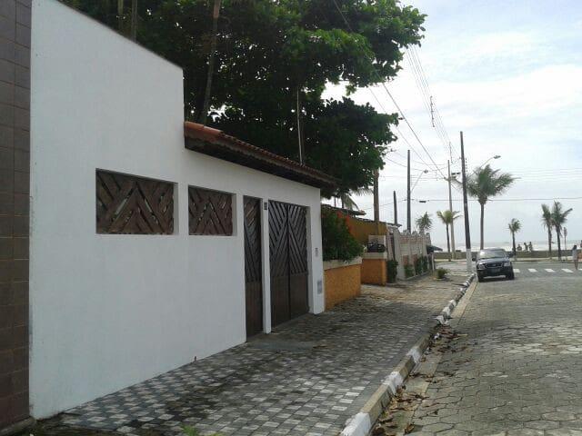 Casa ampla e confortável com vista para o mar. - Mongaguá - Huis