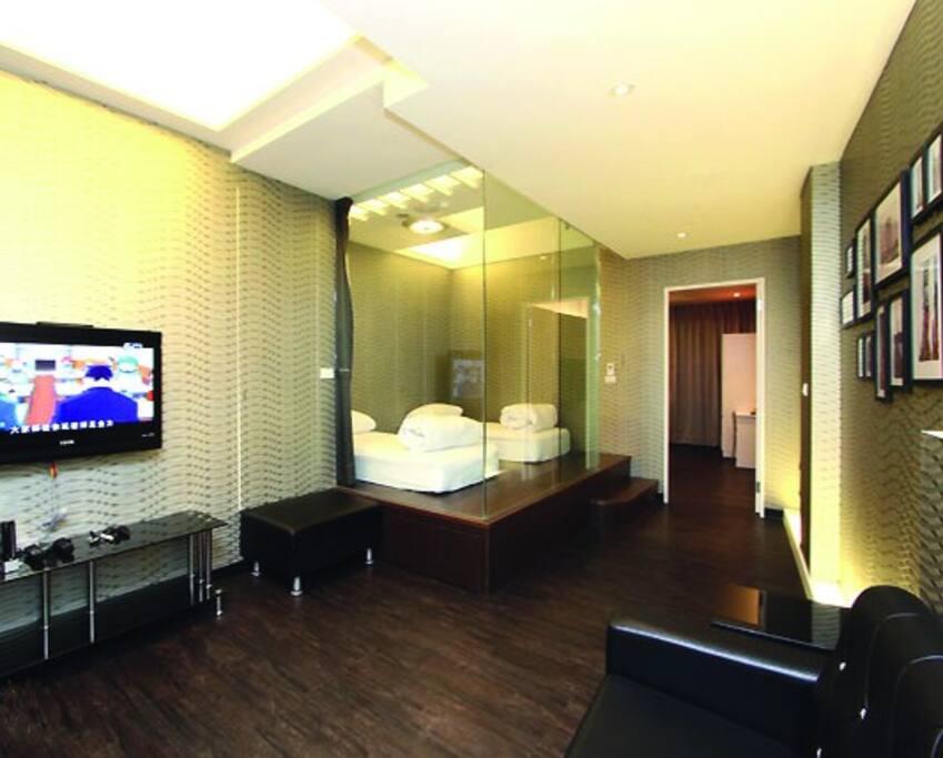 2B-時空旅人-客廳-玻璃和式房