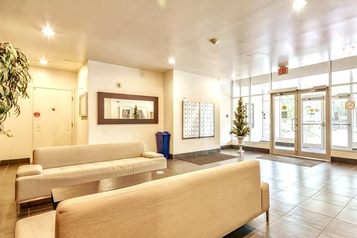 Downtown Condo~PRIVATE Room & Ensuite~Modern Style