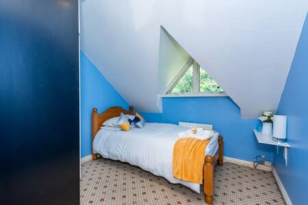 Yellow rm - twickenham Single bed with shared bath