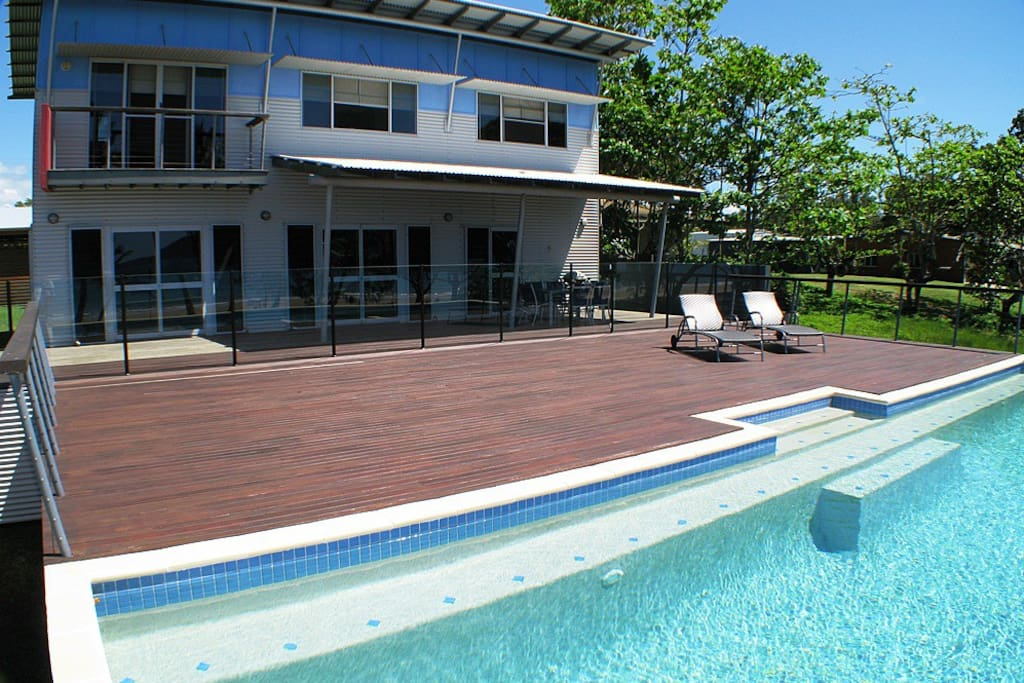 Bella's Beach House - Pool to front exterior
