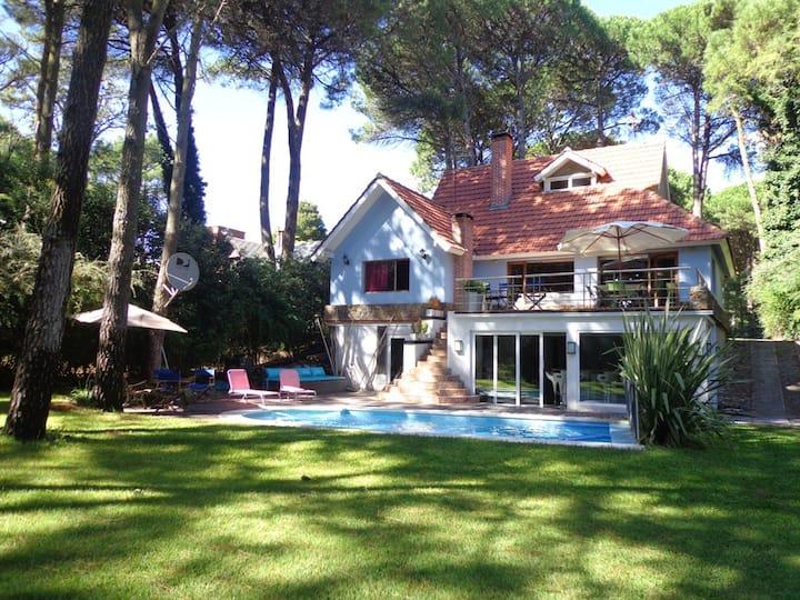 Casa con piscina calefaccionada, cerca del centro