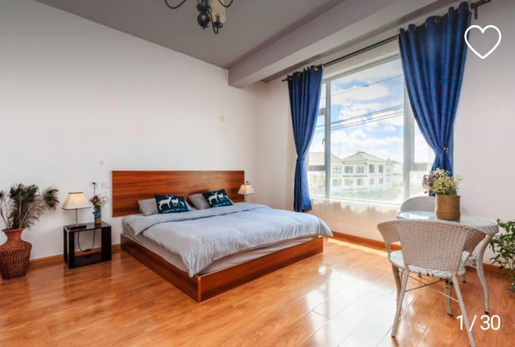房间宽敞明亮,整洁卫生。床垫也特别舒服。躺在床上,透过大大的窗户,可以看到很美蓝天白云