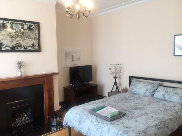 Huge stylish room with loungechair, TV + fireplace