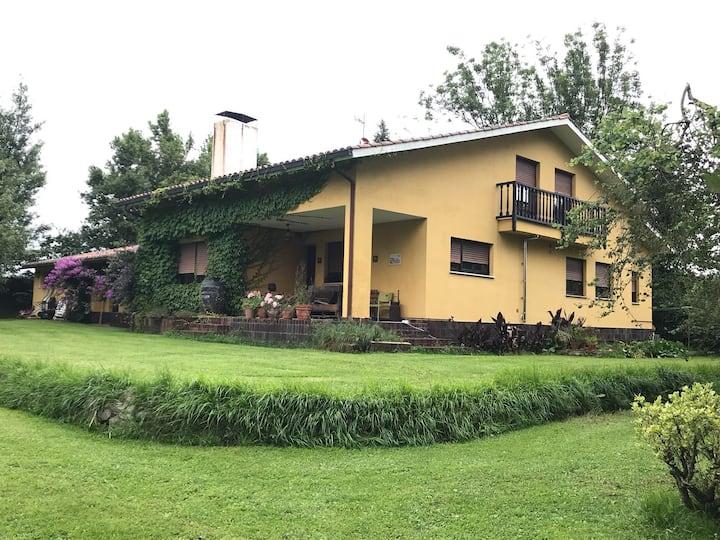 Una casa con vistas en una colina de Asturias
