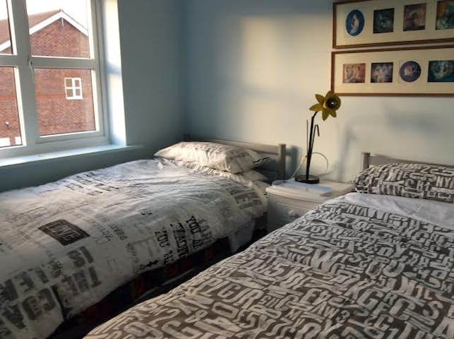 Twin bedded room in Smugglers Way - Wallasey - House
