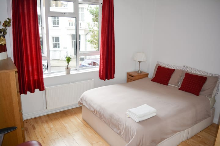 Bright room in the heart of London, Victoria.