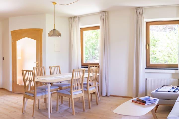 Der Massivholzboden gibt der Wohnung eine angenehme Atmosphäre