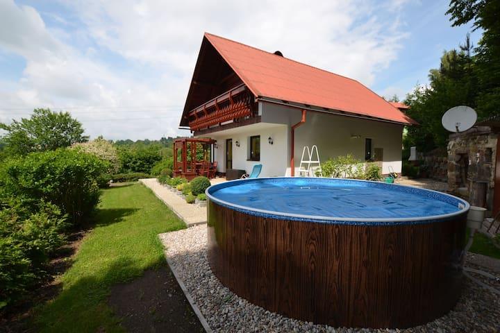 Comfortabel huis in Benešov u Semilmet met privézwembad