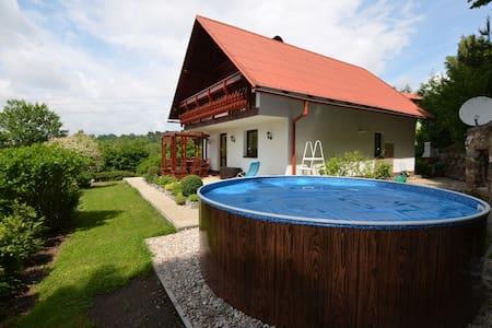 Demeure moderne à Benešov u Semil avec piscine