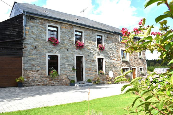 Spacious house furnished with great care, large garden, beautiful area