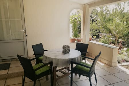 Garden apartment 20 meters from the sea