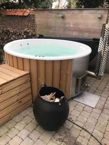 Wood heated Hottub with jets en bubbles.