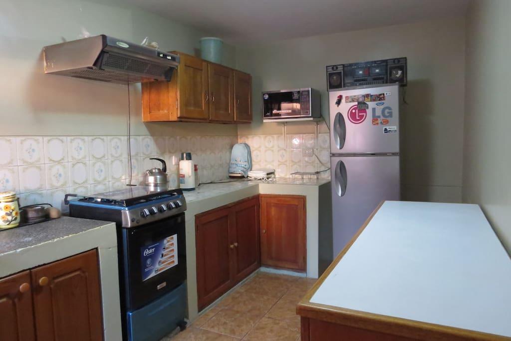 Kitchen - Has freeze , blender,microwave,gas stove, air extractor, silver ware, cook ware and crockery / Cocina-Tiene refrigeradora,licuadora,micro-onda,cocina a gas, extractor de aire,cuberteria,utensilios de cocina y vajillas.