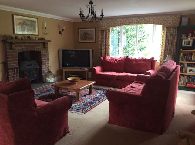 2 Bed House in village with good transport links