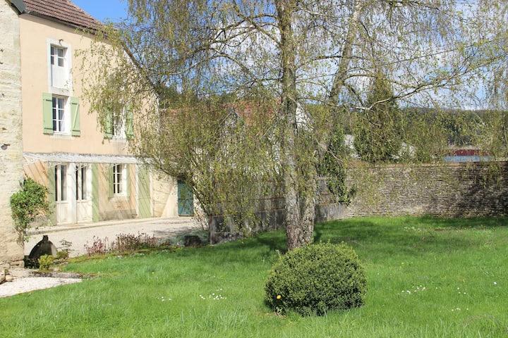 Cómoda casa de vacaciones con jardín cercado en Bouix