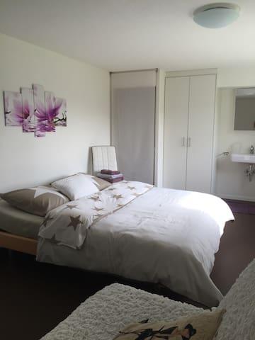 Grosses, ruhiges, Zimmer mit gratis Parkplatz - Oberuzwil