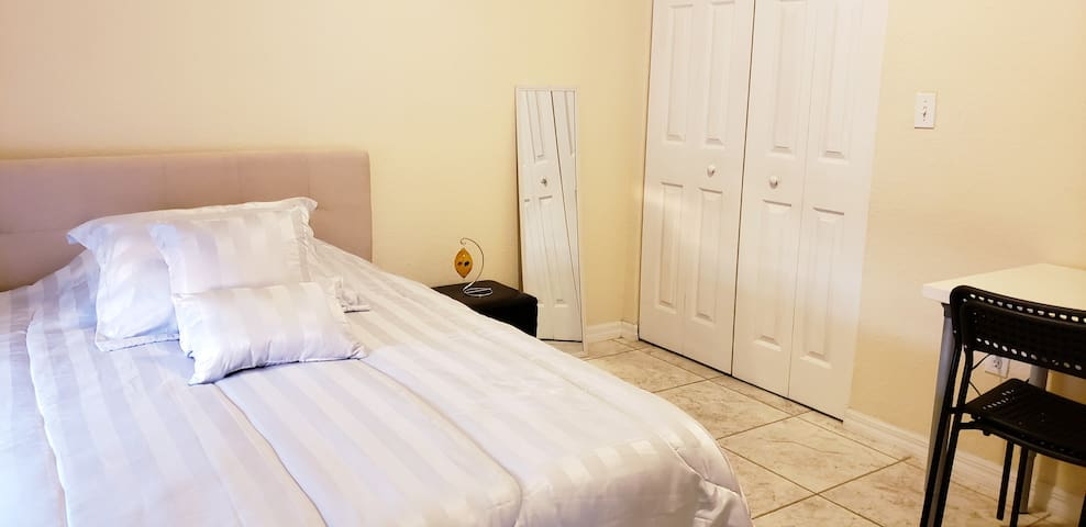 Cozy room in a condo close to Brickell