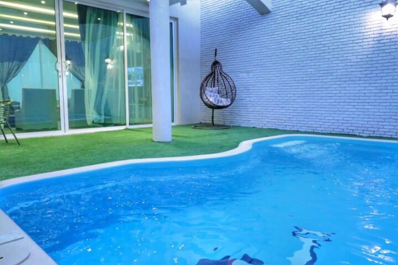Outdoor Swimming Pool Area – منطقة المسبح الخارجية