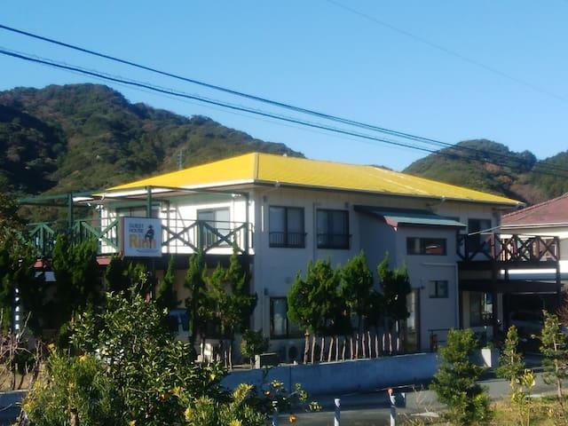 黄色い屋根が目印