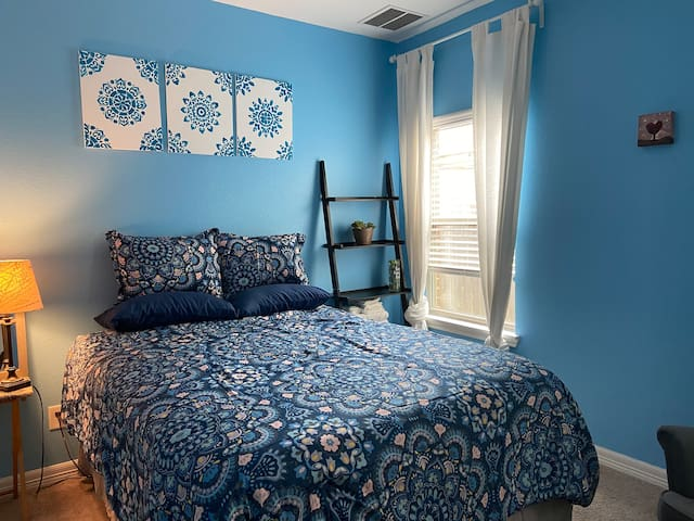"""Clean room w/ queen bed,40"""" Roku TV,walk-in closet"""
