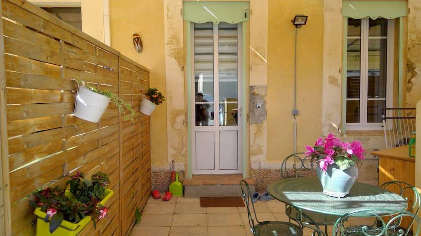 petit studio au coeur d'un village provençal - Saint-Chamas - Hus