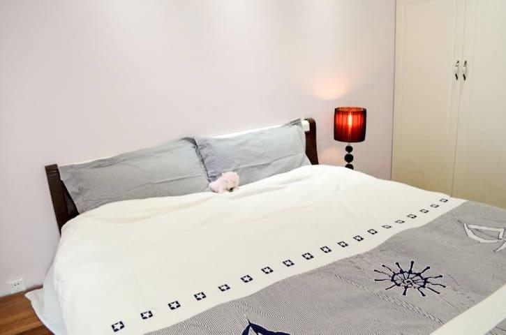 明亮的卧室,1.8米宽大的床铺,高品质的床垫和床品,让你感受星级酒店的舒适氛围。 We have king size big bed and high quality bed for you . You can enjoy as much as you are at your own home .