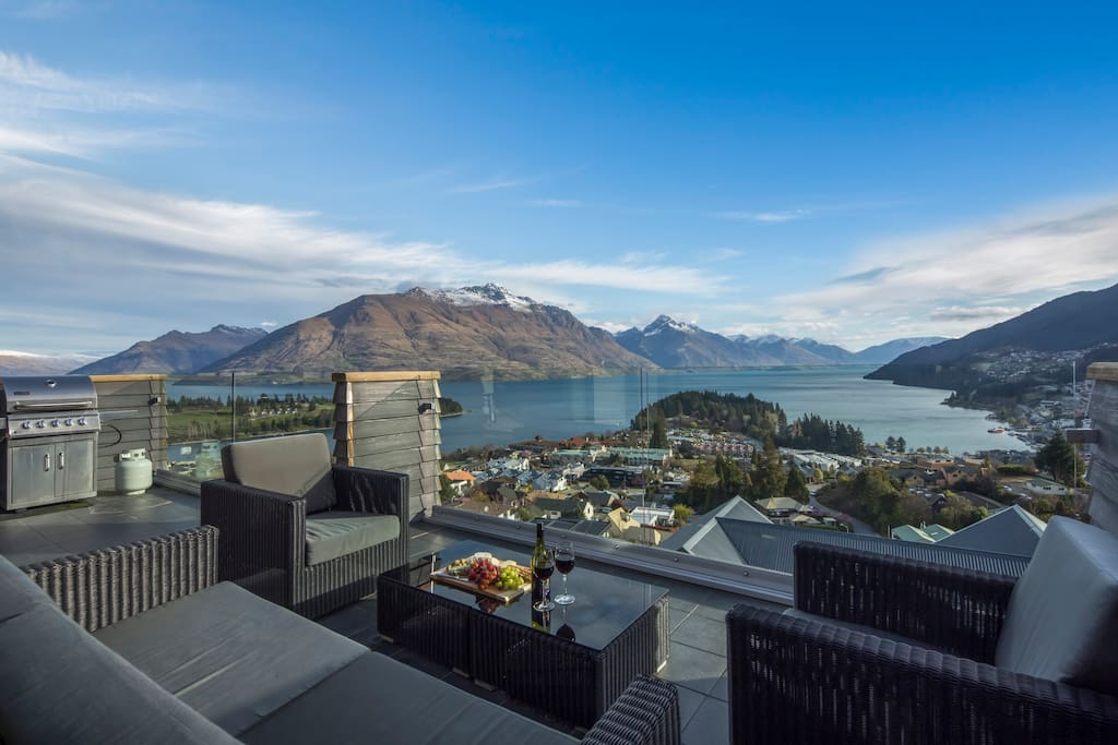 Enjoy a glass of wine or have a family BBQ while taking in the sweeping views of the lake and mountains. All this and only a 5 minute drive to Central Queenstown with all the vibrant night life and restaurants