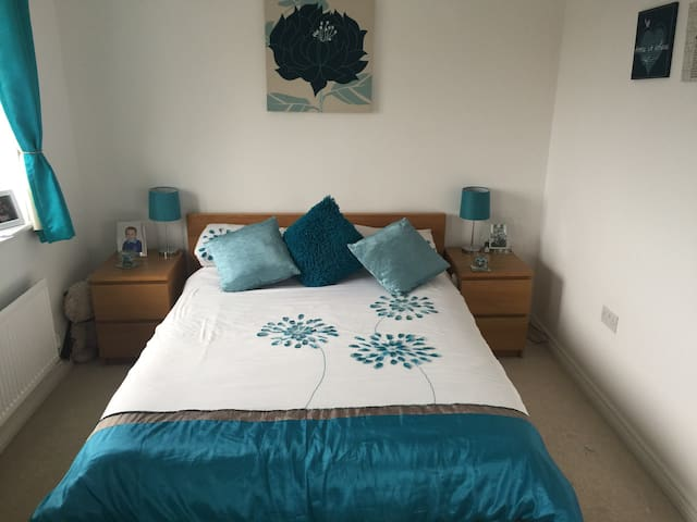 Townhouse with parking, close to Luton airport