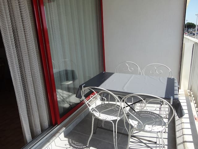 Grand Studio 4 couchages avec terrasse et parking commun