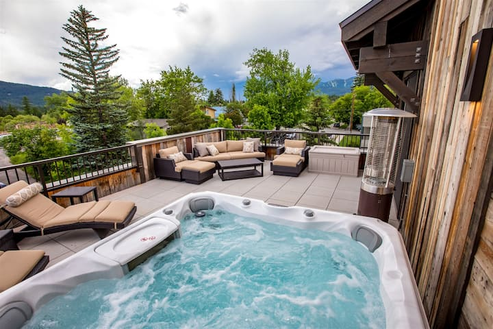 2nd St 302 Penthouse Suite in Downtown Whitefish! Private Hot tub and close to skiing!