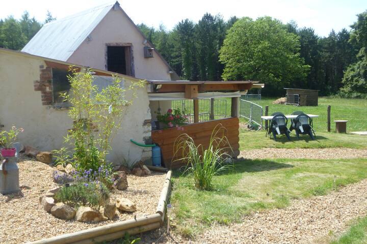 Le patio avec la cuisine d'été et la douche