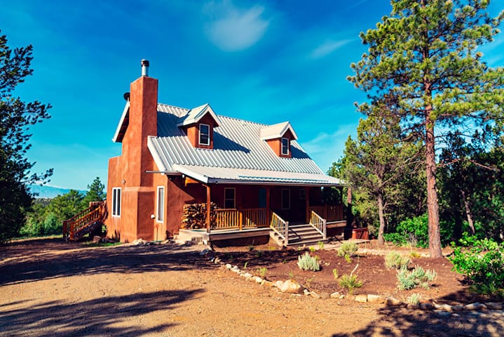 *Taos Private Home- Ski, Hike, Fireplace, Peaceful