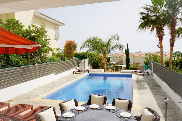 Laguna Sunrise (Coral Bay) - Fully renovated 5 bedroom villa with Private Pool, BBQ and Free WIFI -  5 min walk to Coral Bay Strip