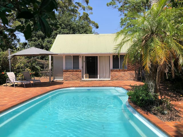 Garden Cottage Hideaway - Aircon, WiFi, BBQ, Pool