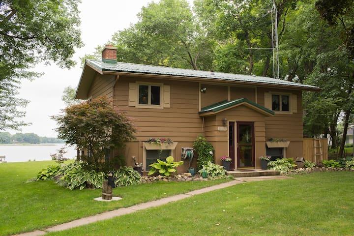 Cozy Cottage on Lake Emily, close to Fox Lake