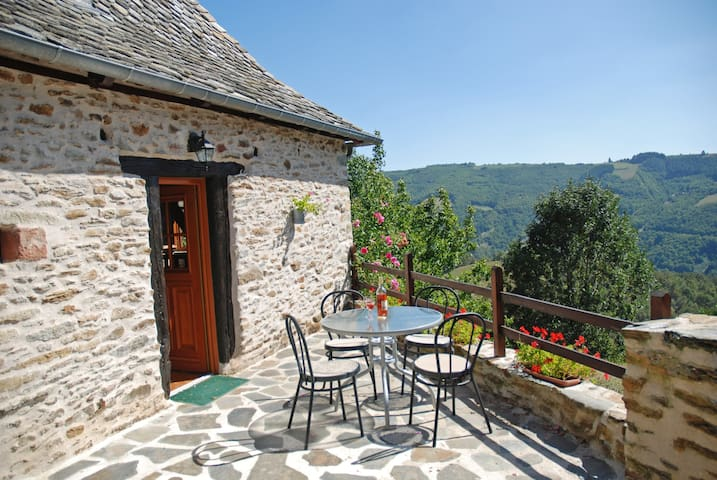 Charming stone cottage in picturesque Lot Valley