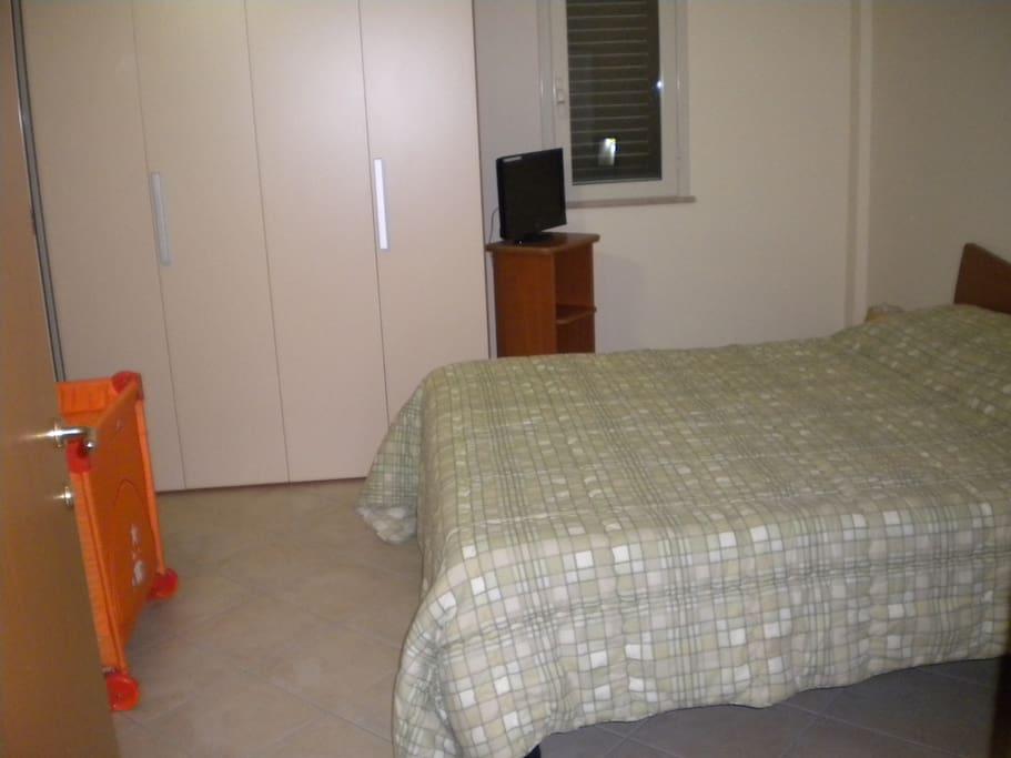 Camera da letto a 2 piazze con lettino da campeggio